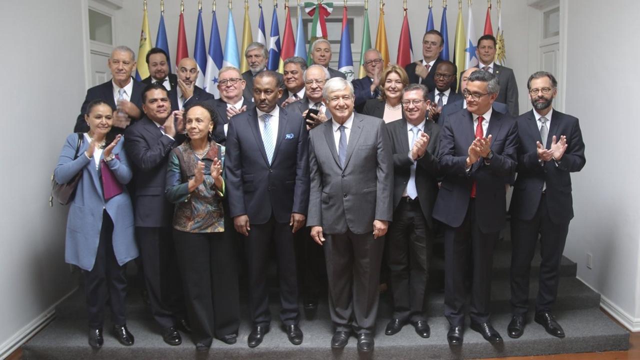 AMLO promete a embajadores latinoamericanos cooperación regional
