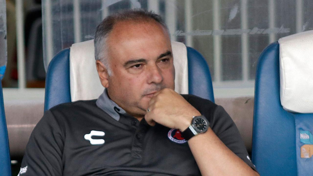 Memo Vázquez deja de ser entrenador de los Tiburones de Veracruz