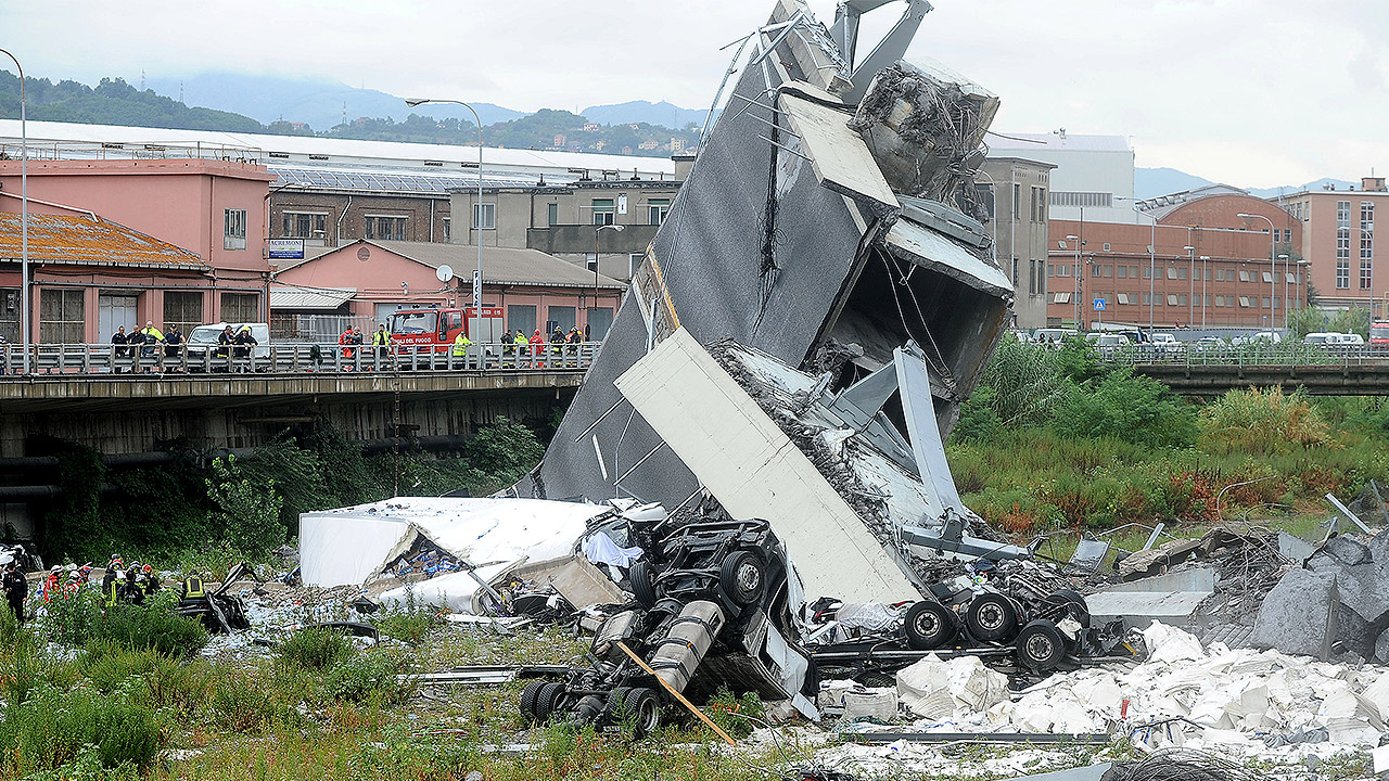Sube cifra de fallecidos por derrumbe de puente vehicular en Italia