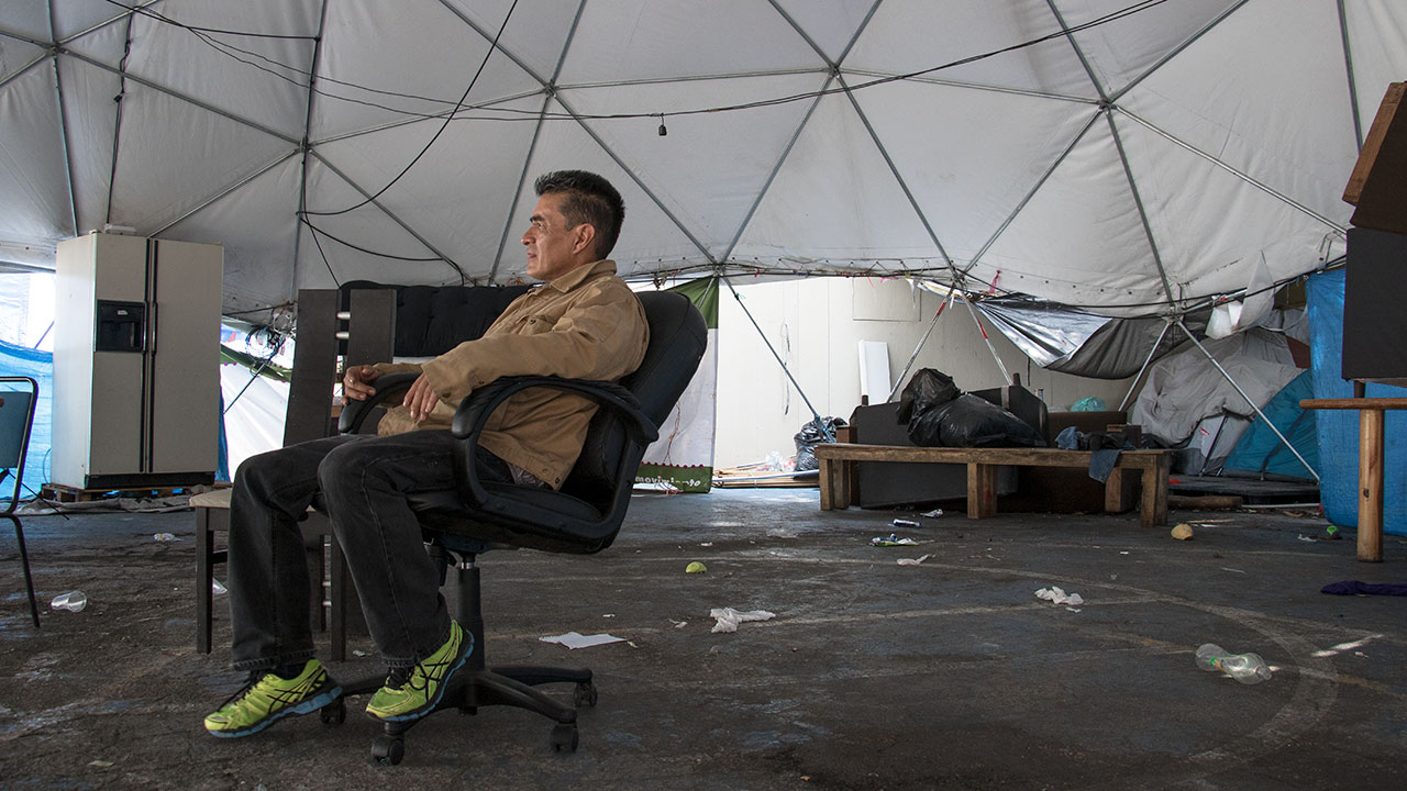 Ángel Fuentes habita en uno de los cuartos colocados en las canchas de la Unidad Habitacional. Foto: Angélica Escobar/ Forbes México.