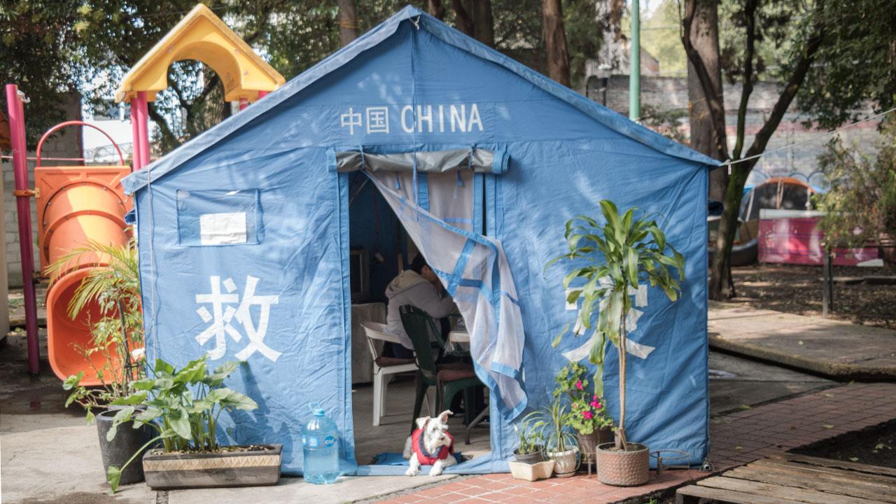 Una de las casas de capaña donada por las brigadas de rescate provenientes de China. Foto: Angélica Escobar/Forbes México.