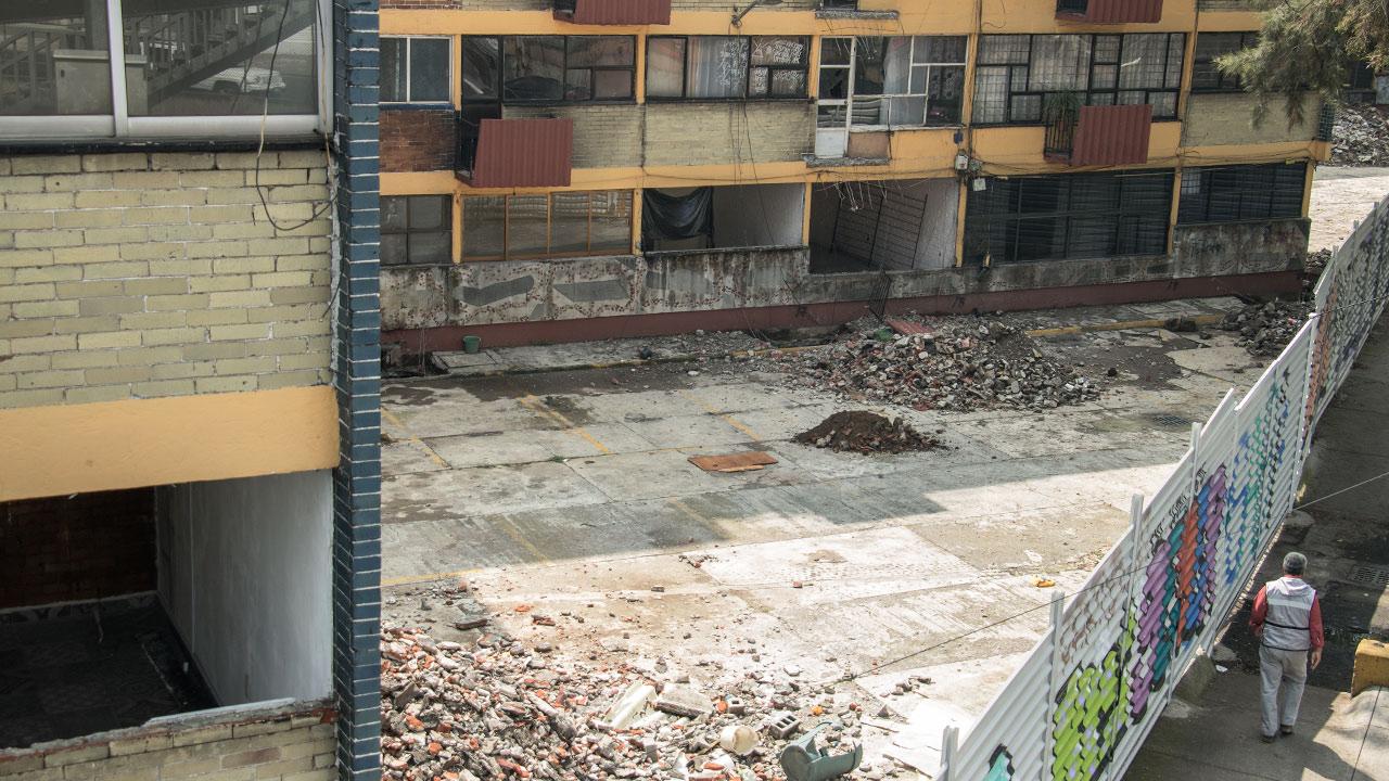 Escombros de las bardas caidas, que dejan ver el interior de los edificios. Foto: Angélica Escobar/Forbes México.
