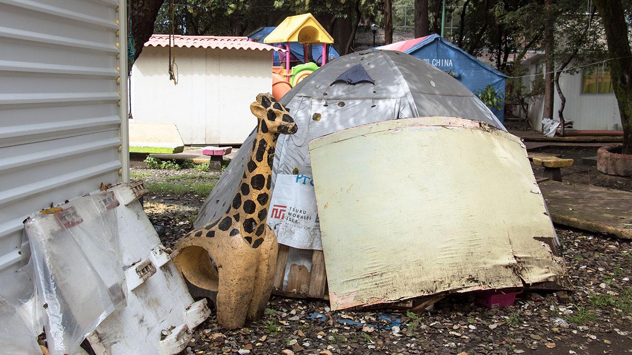 En uno de los jardines, se levantan las casas de campaña y los cuartos de lámina. Foto: Angélica Escobar/Forbes México.