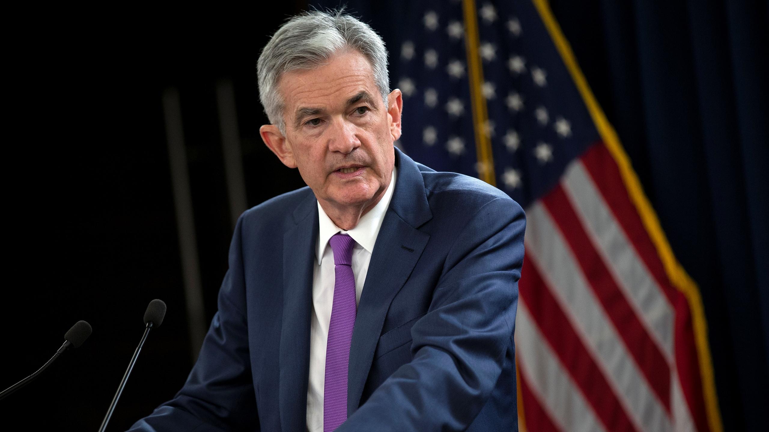 Jerome Powell respalda alza de tasas de la Fed; dólar cae