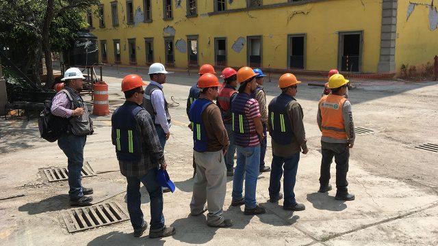 Trabajadores de las labores de remoción de escombros reunidos durante el simulacro. Foto: Angélica Escobar/Forbes México.