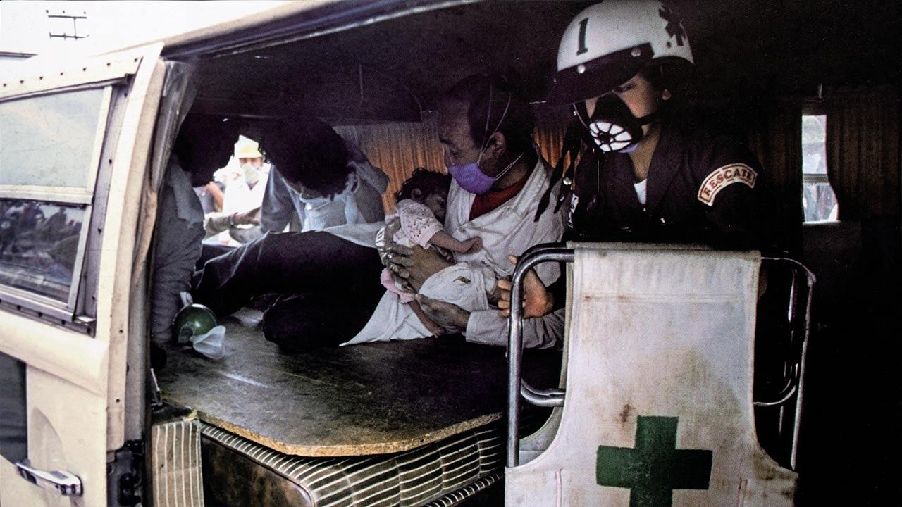Un bebé es rescatado de una guardería del IMMS que sufrió graves daños, en calzada de Tlalpan a la altura del metro Villa de Cortés. Foto: Jesús Villaseca.