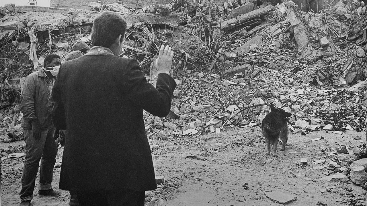 Sacerdote da la bendición a un montón de escombros momentos antes de que entre la maquinaria pesada. Foto: Jesús Villaseca.