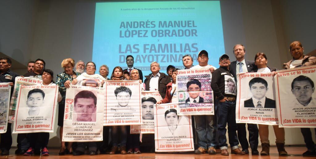AMLO y padres de Ayotzinapa acuerdan continuar investigación