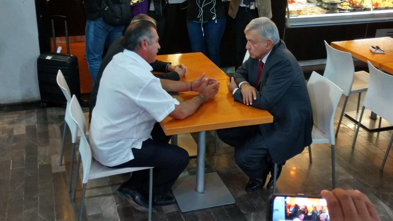 AMLO y 'El Bronco' se reúnen en aeropuerto de Monterrey