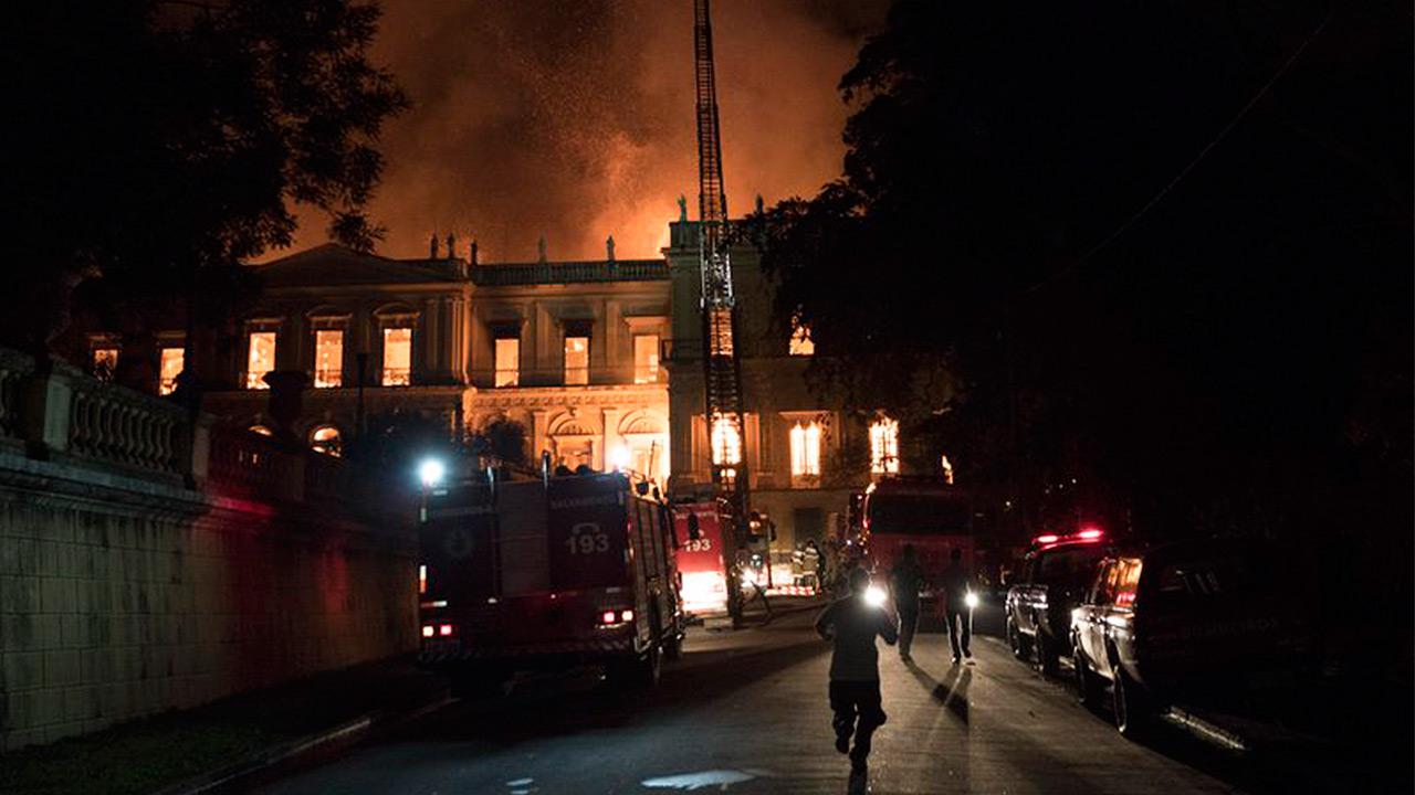 ¿Por qué los bomberos tardaron tanto en apagar el incendio del museo de Brasil?