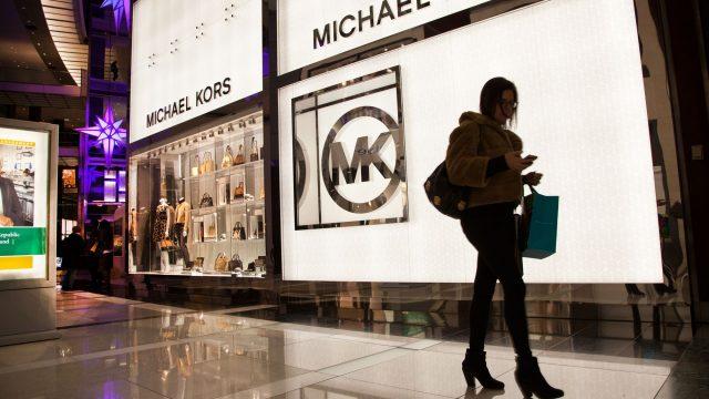 Michael Kors compra Versace por 2 mil millones de dólares