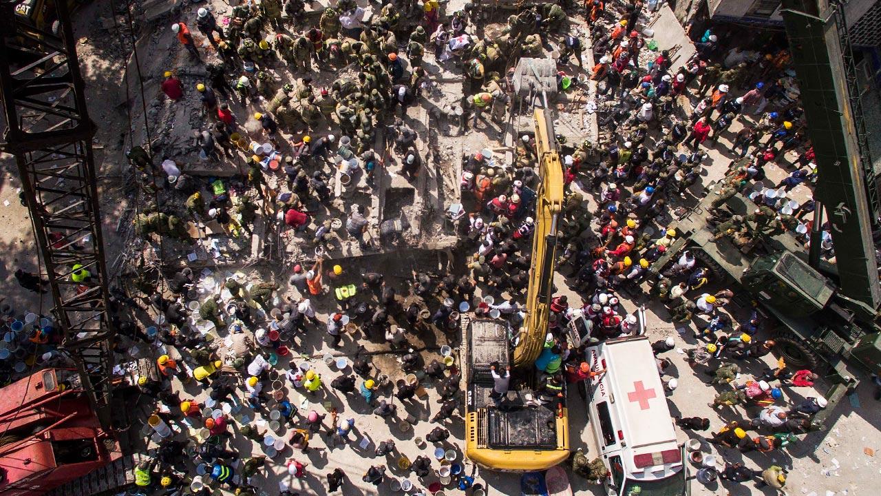 Rescatistas trabajando en uno de los edificios que colapsaron en CDMX. Foto: Christian Palma/Getty Images.