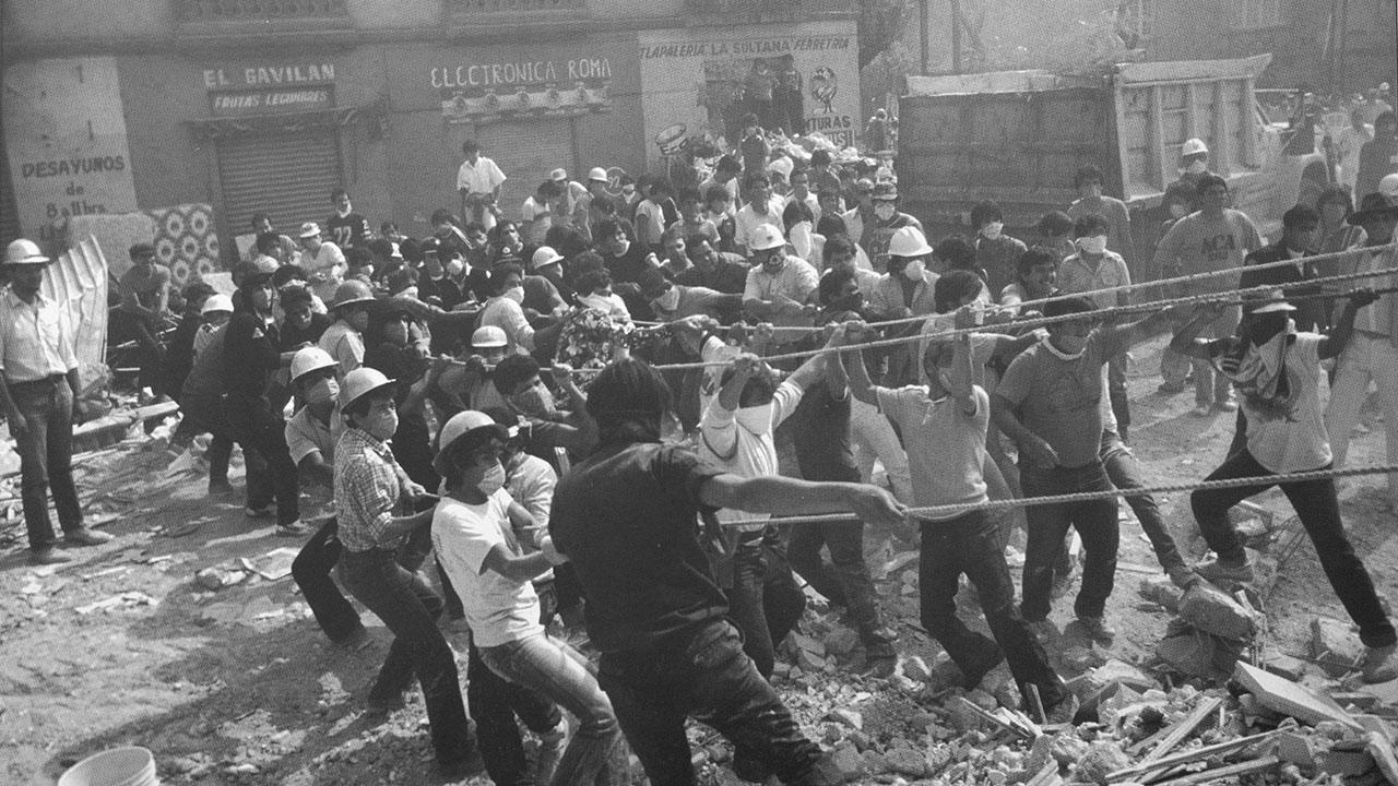 Voluntarios tiran de varias cuerdas para mover pesados bloques de concreto en la colonia Roma. Foto: Jesús Villaseca.