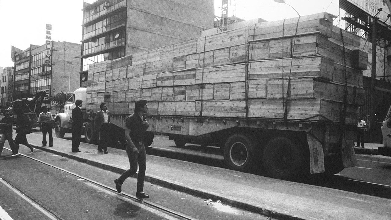 Tráiler transporta cajones construidos con tablones de madera, donados por la sociedad civil y que servirían como féretros. Foto: Jesús Villaseca.