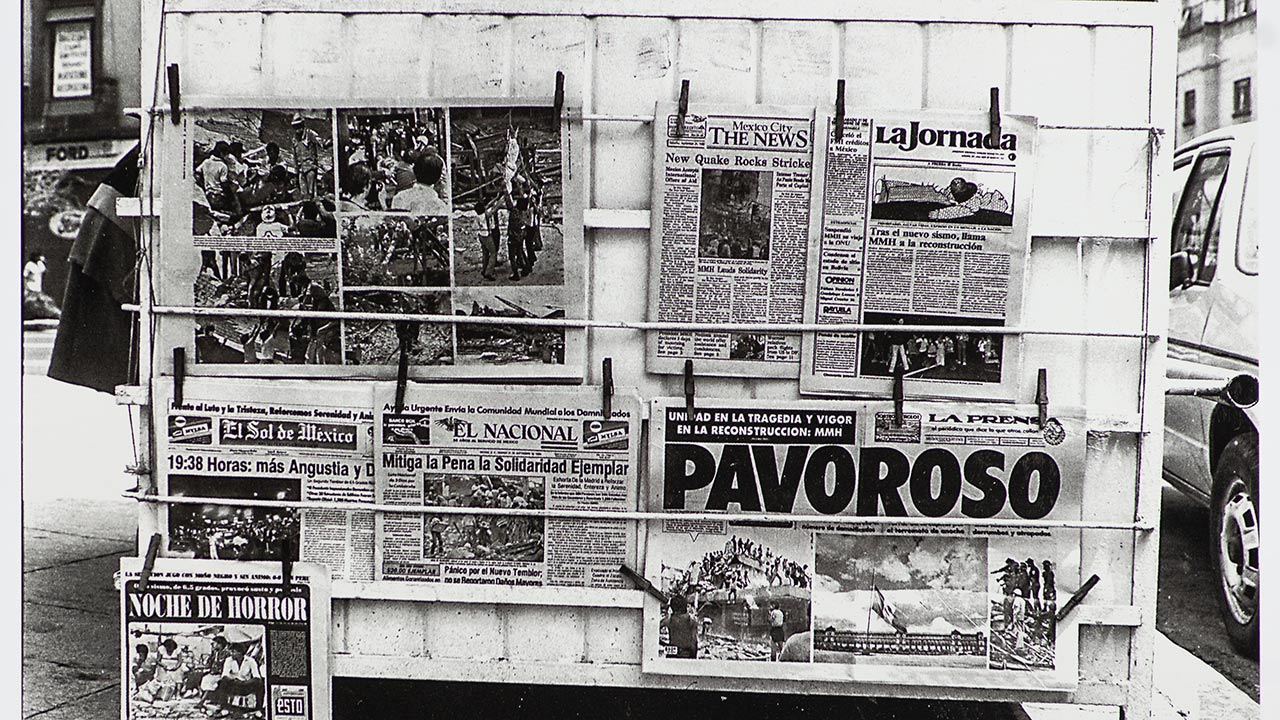 Pavoroso, el resumen de los diarios de la ciudad. Eje Central, 21 de septiembre. Foto Ulises Castellanos.