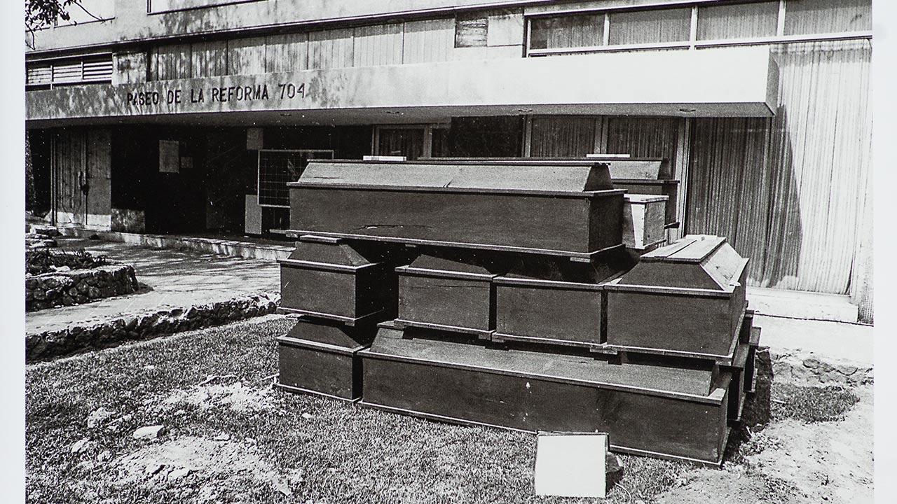 Ataúdes en Paseo de la Reforma, 20 de Septiembre. 1985. Foto: Ulises Castellanos.