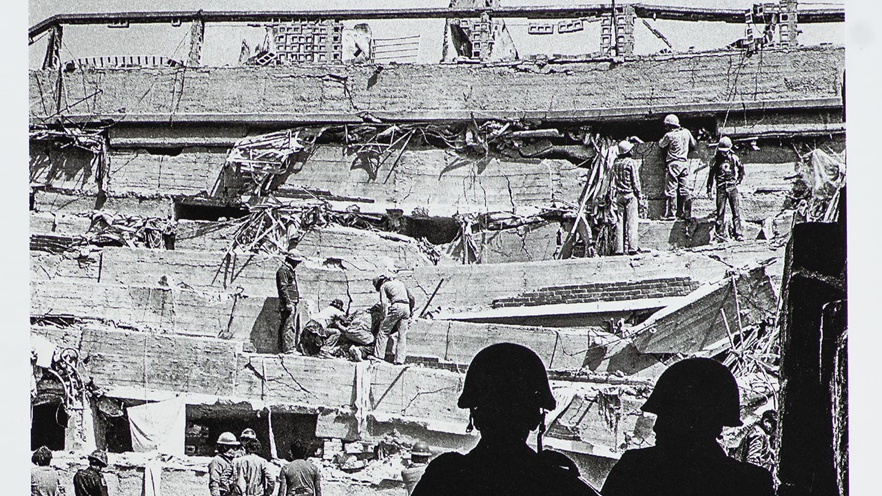 Multifamiliar Juárez, colonia Roma, 20 de Septiembre. 1985. foto: Ulises Castellanos.