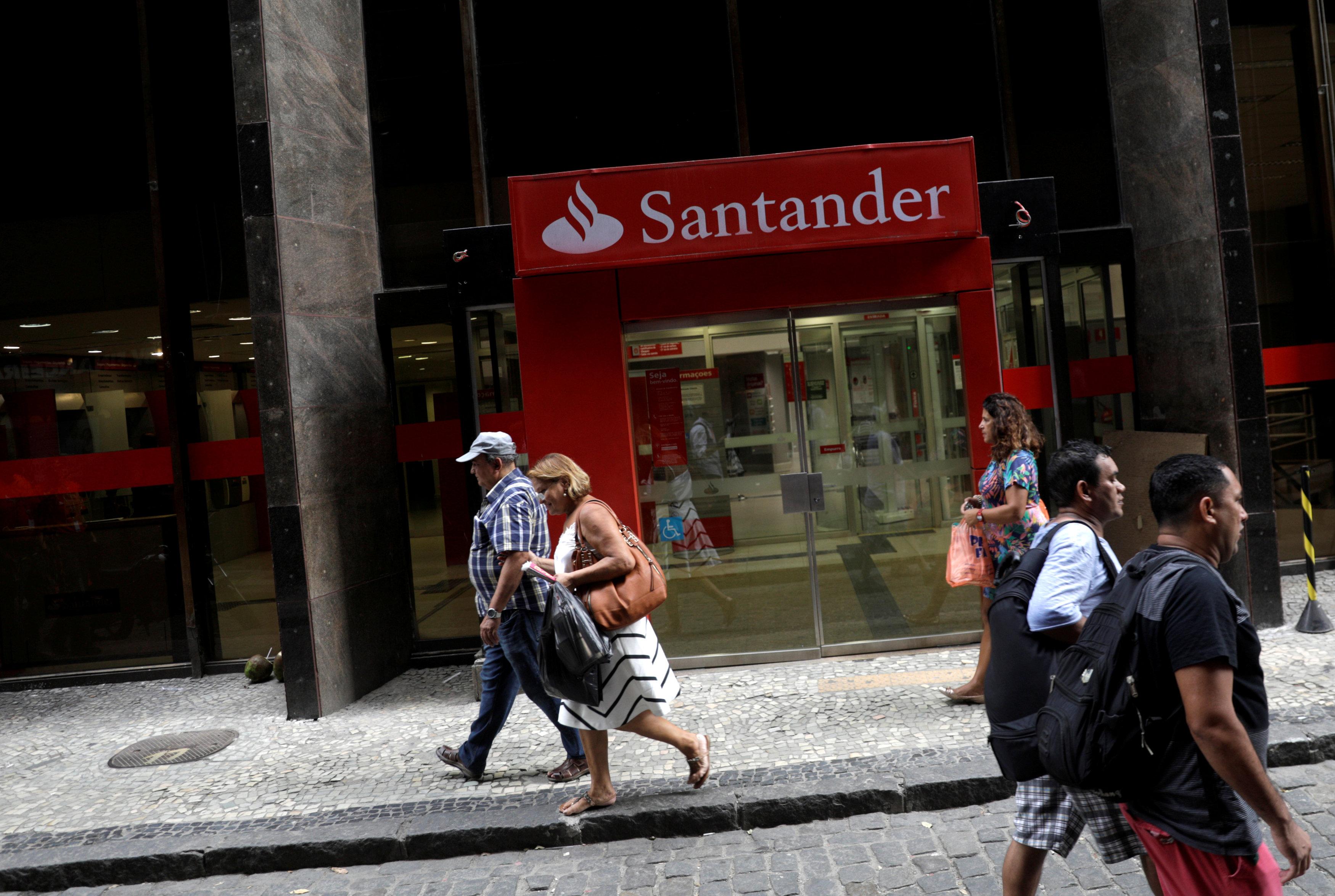 AMLO ofrece seguridad a bancos en reunión con presidenta de Santander
