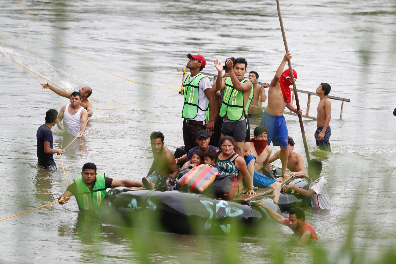 Migrantes hondureños reinician cruce en balsas a México