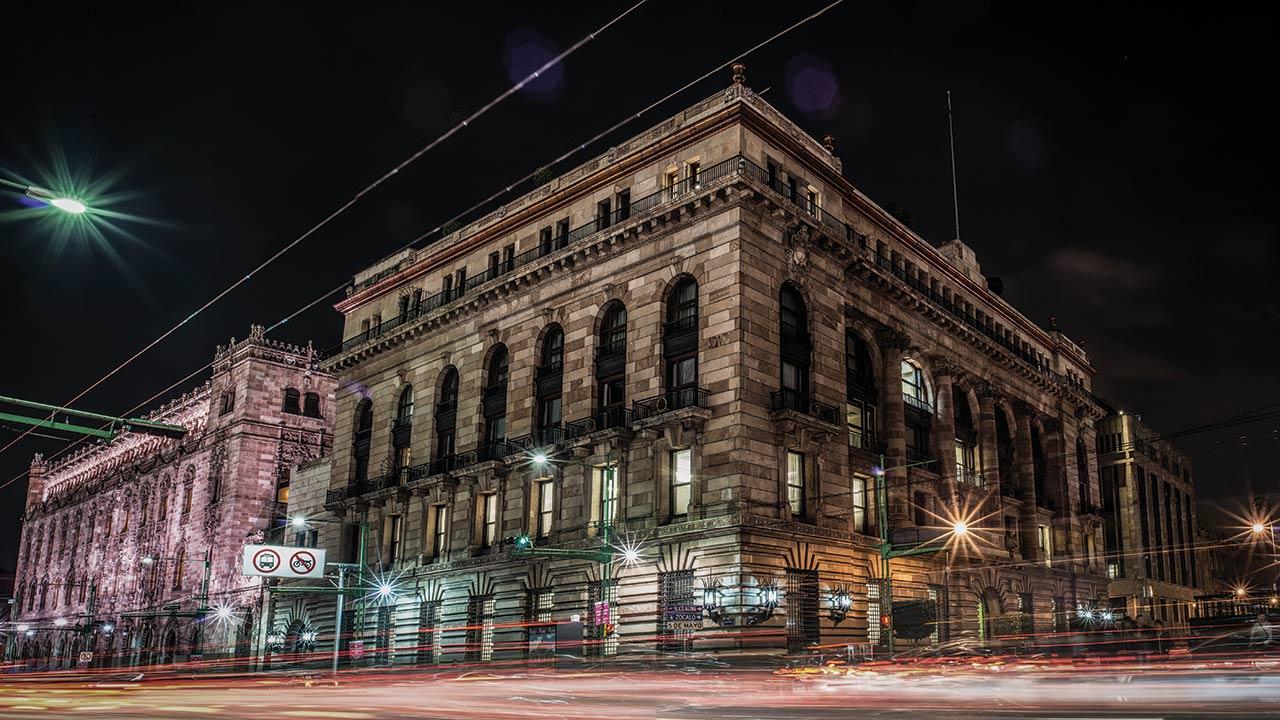 Eliminar comisiones bancarias amenaza la independencia de Banxico: Moody's