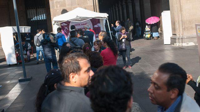 Fila en la casilla ubicada en Pino Suárez y Zócalo, centro de la CDMX. Foto: Angélica Escobar/Forbes.