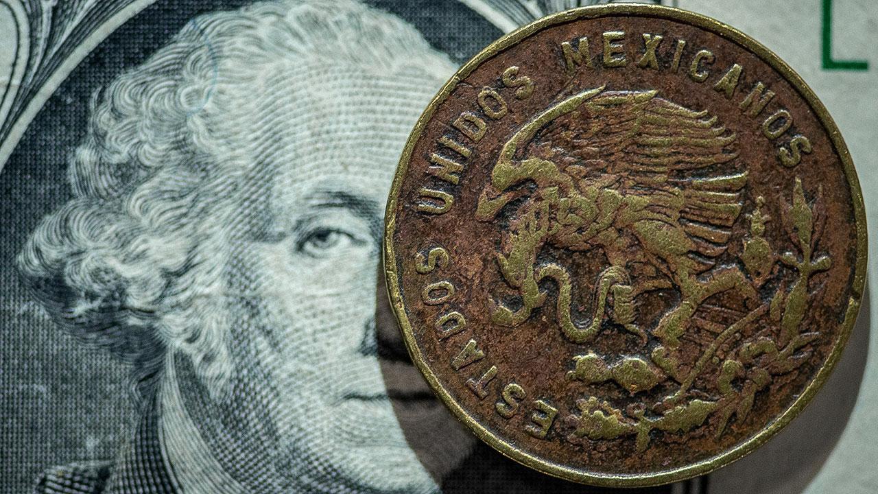 Peso gana tras recorte de tasas de Banxico; BMV suma cinco sesiones a la baja