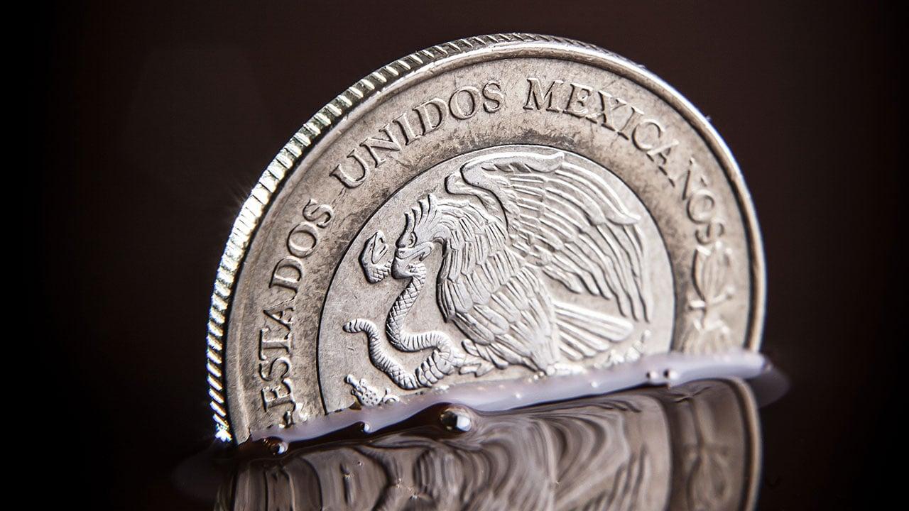 Peso mexicano pierde ante el dólar por temores de desaceleración global