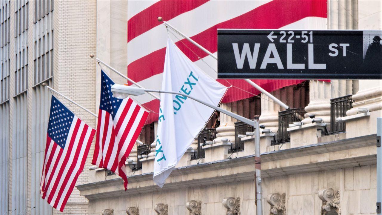 Wall Street cae tras resultados a la baja de Amazon; S&P mensual al alza