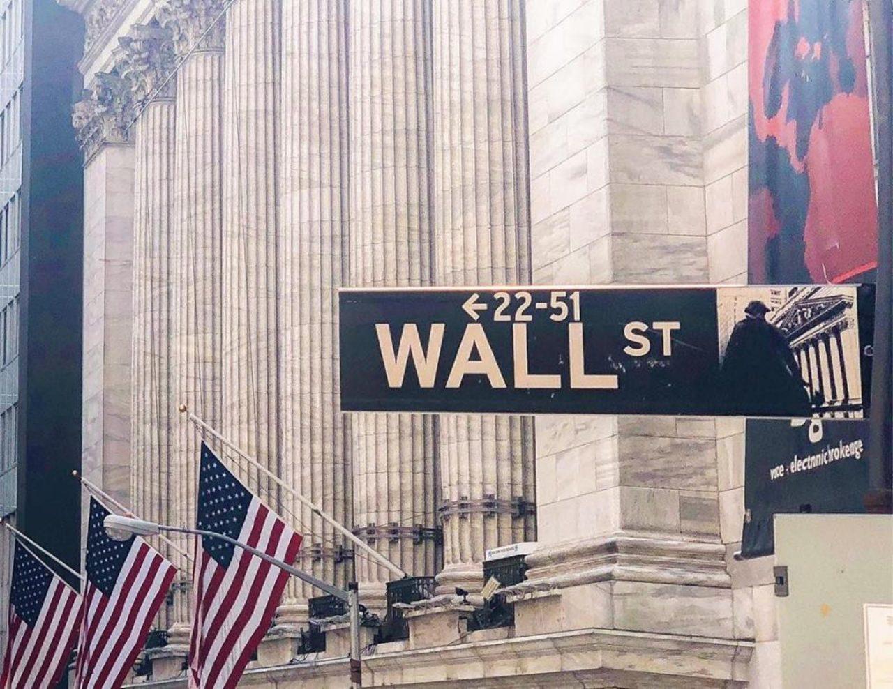 Wall Street cae en el cierre pero termina con ganancias semanales