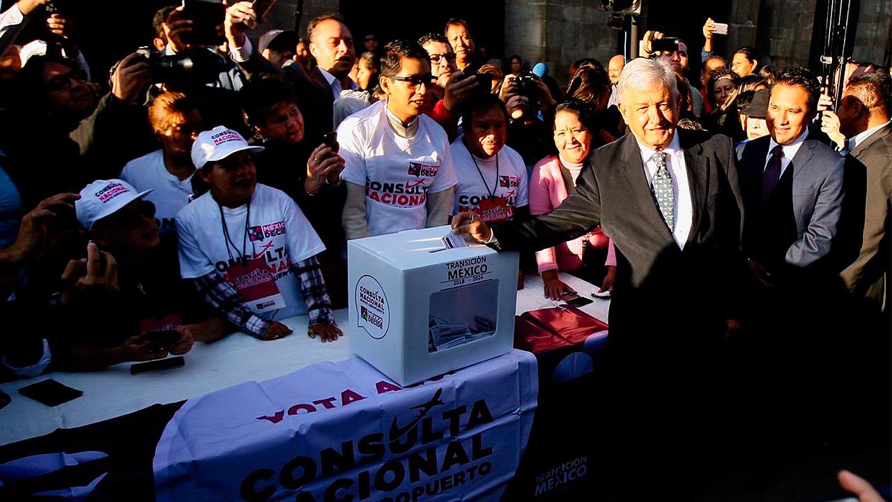 López Obrador vota en la consulta del nuevo aeropuerto