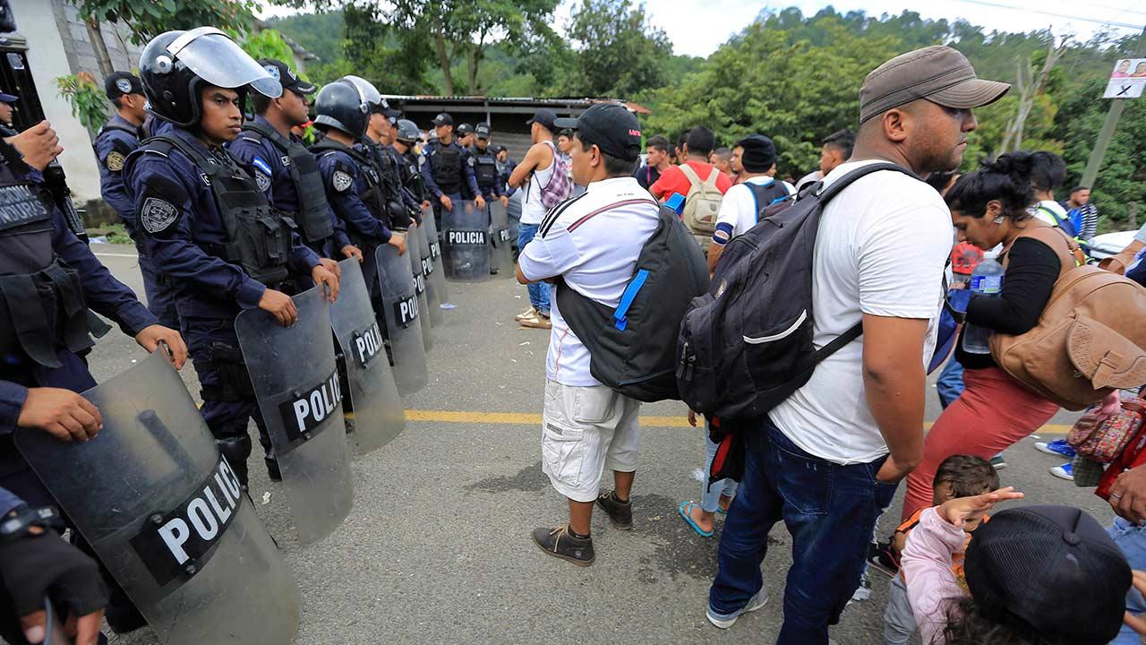 Caravana migrante rompe reja en frontera para ingresar a México