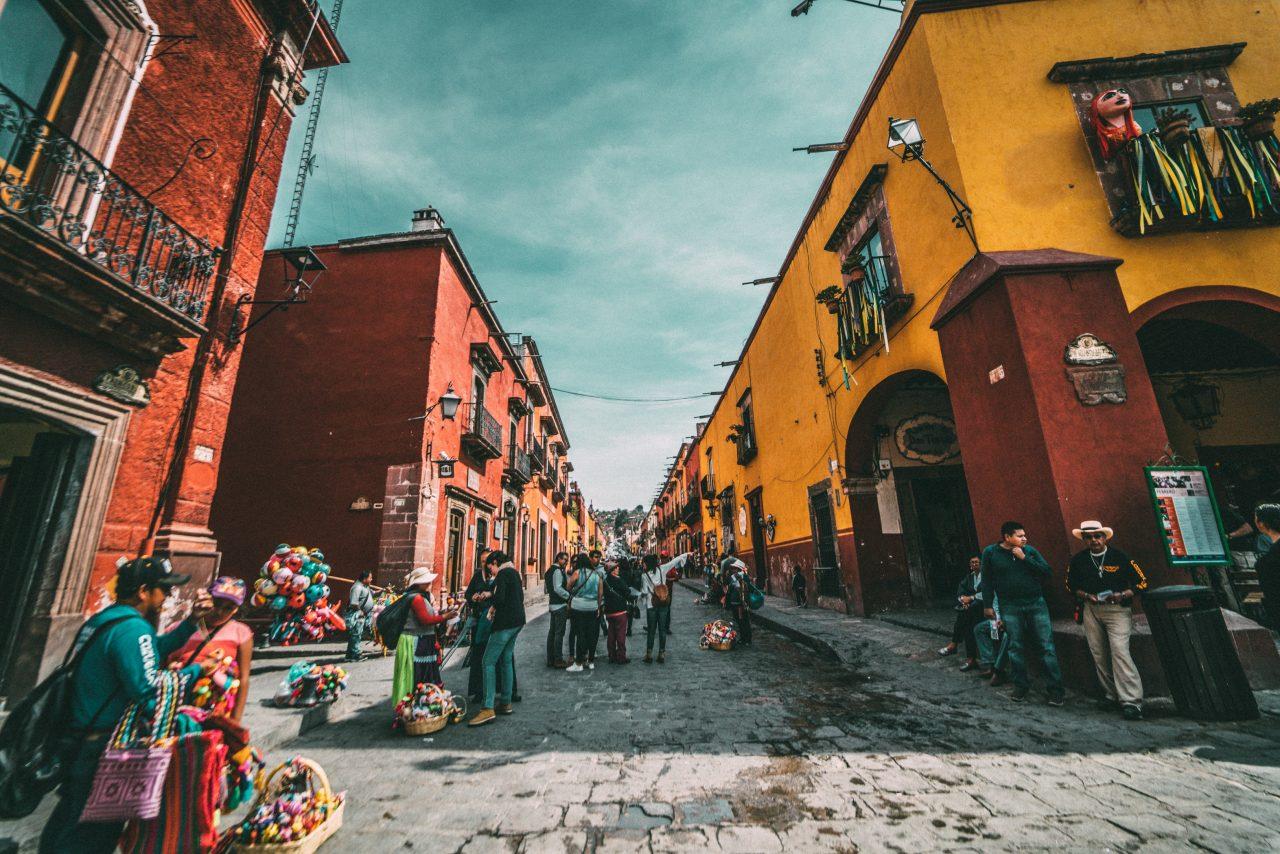 Expatriados vienen al país a gozar su retiro; mexicanos se marchan para progresar