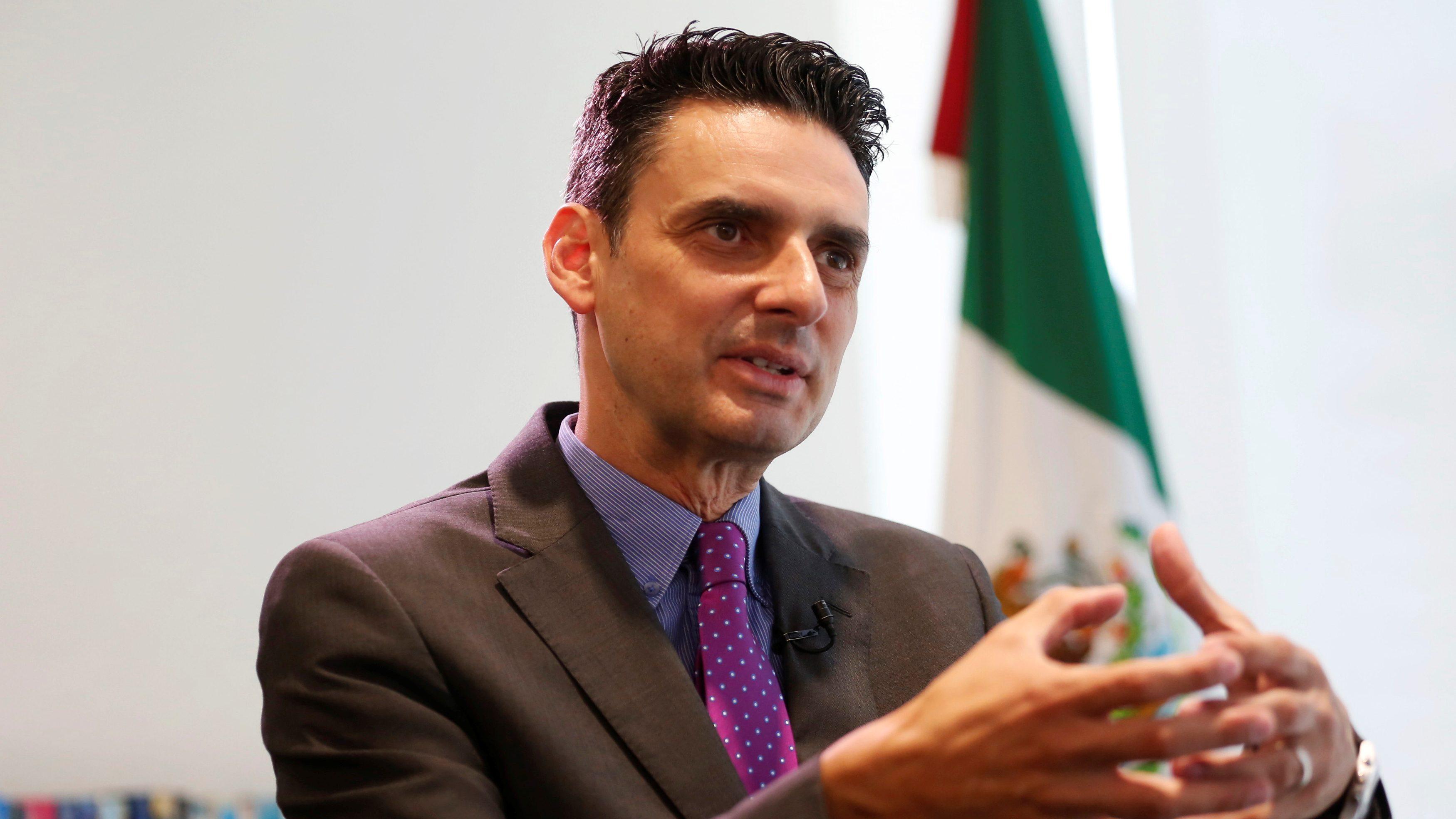 Tras crítica de la CRE, AMLO se lanza contra el titular del regulador energético