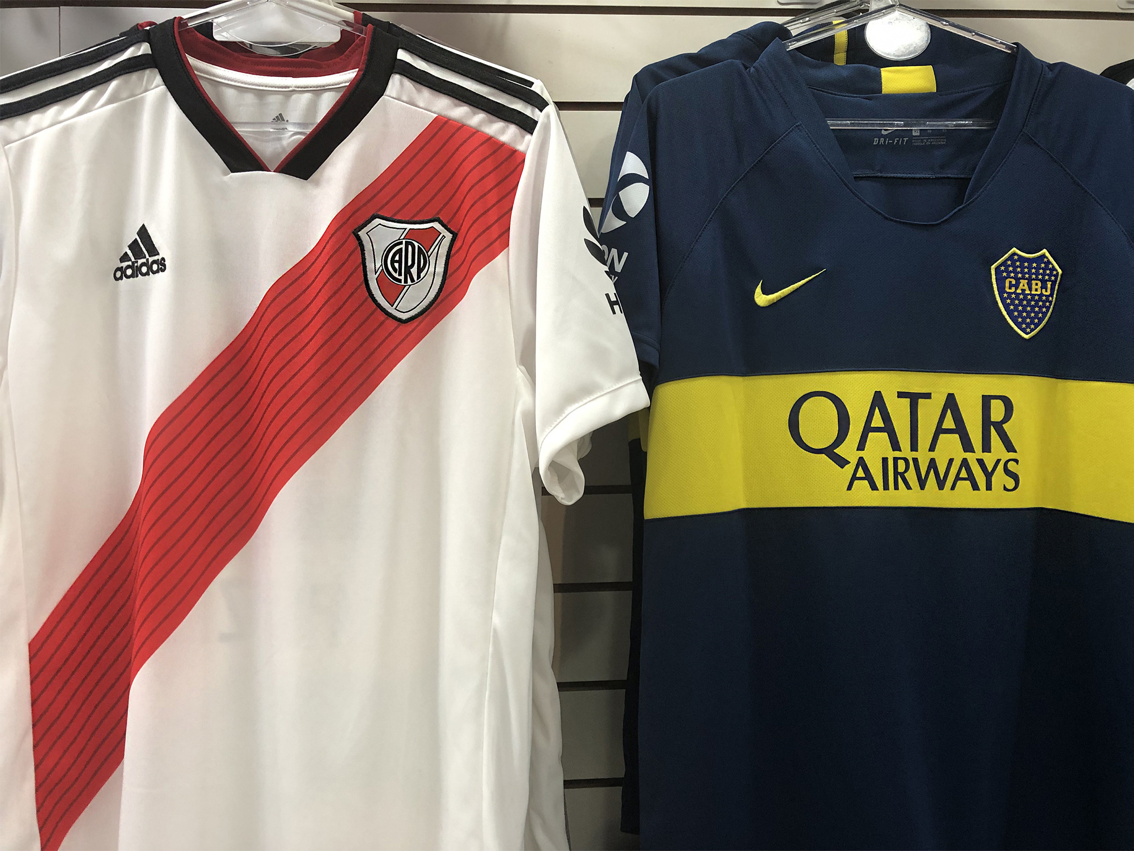Postergan final de Libertadores entre Boca y River por agresión a jugadores