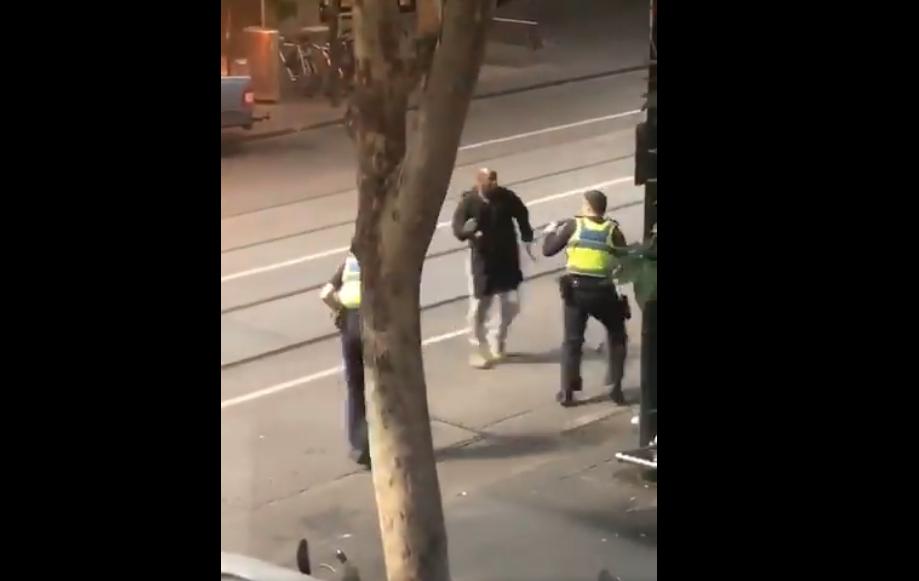 Terrorista islámico incendia camioneta y apuñala a 3 personas en Australia