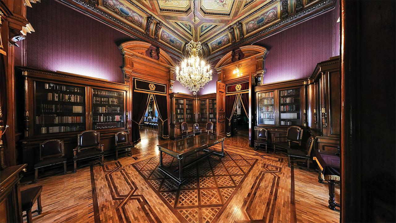 A un costado del Patio de Honor se encuentra la Biblioteca. Cuenta con un acervo de poco más de 22,000 volúmenes de información general. Foto: palacionacional.info.