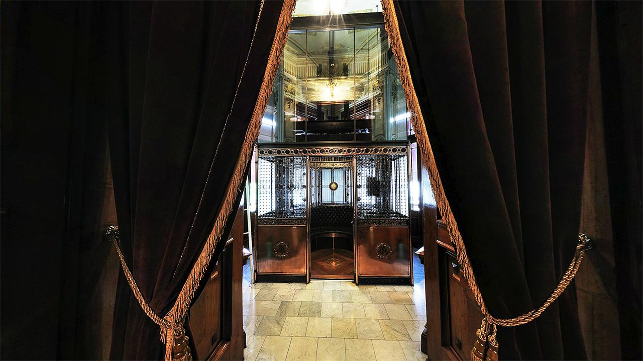 Contiguo a la biblioteca, está el Elevador Presidencial, fue fabricado por la empresa Otis Elevators Company y colocado en 1901. Foto: palacionacional.info.