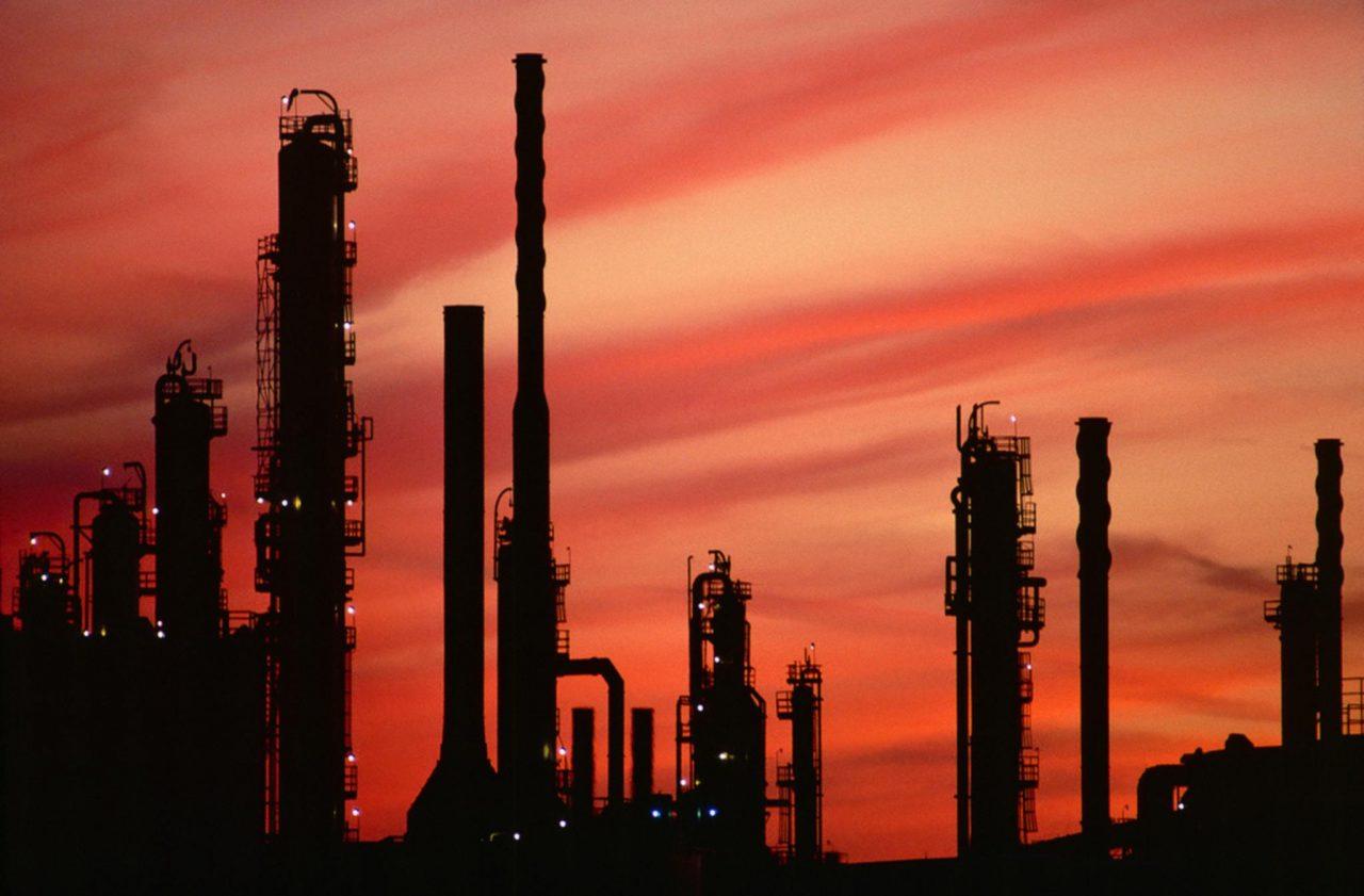Precios de petróleo tocan máximos de 2019 tras recortes de la OPEP