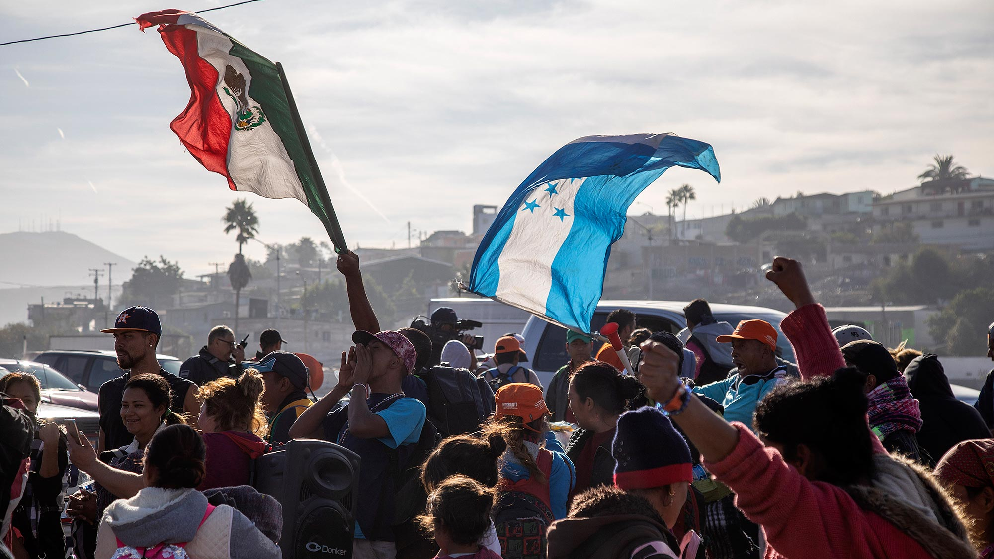 Maquiladoras ofrecen contratar a migrantes centroamericanos en Tijuana
