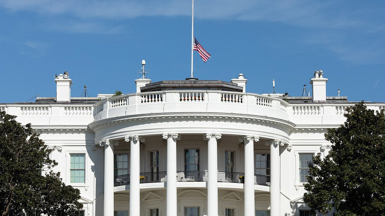 CNN demanda a la Casa Blanca por revocar credencial a un periodista
