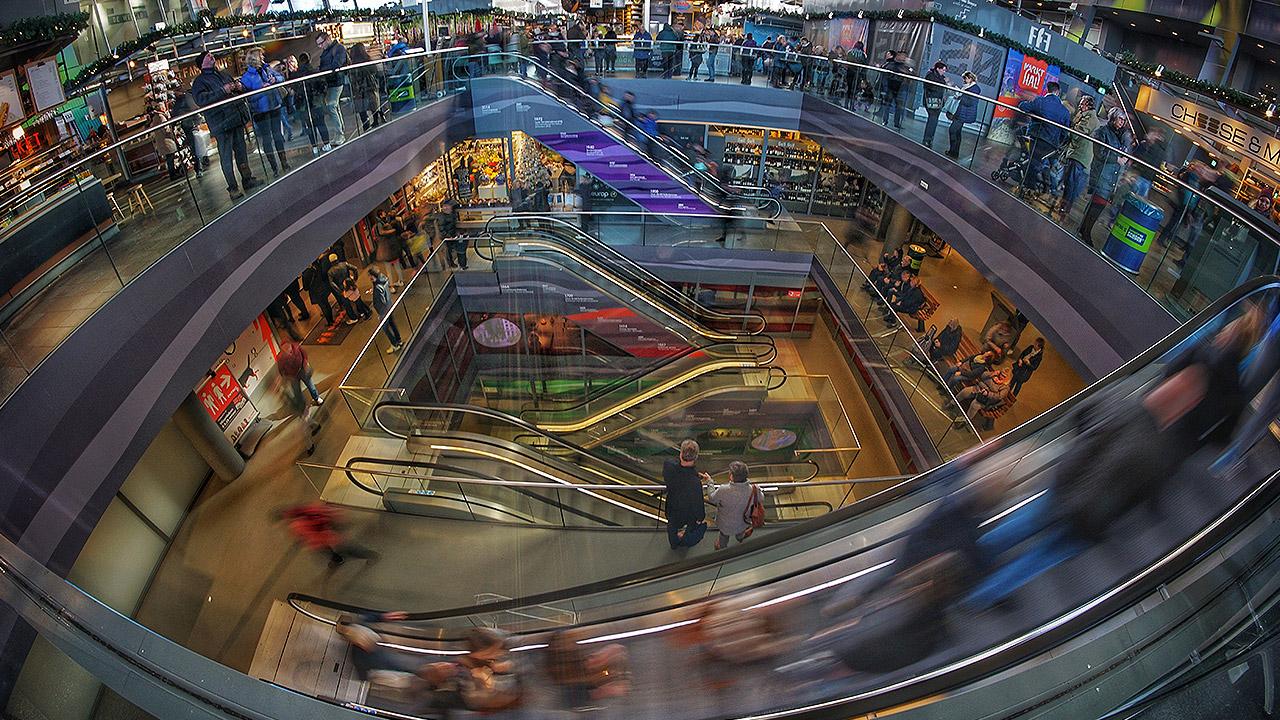 Estadounidenses abarrotan las tiendas por el Black Friday