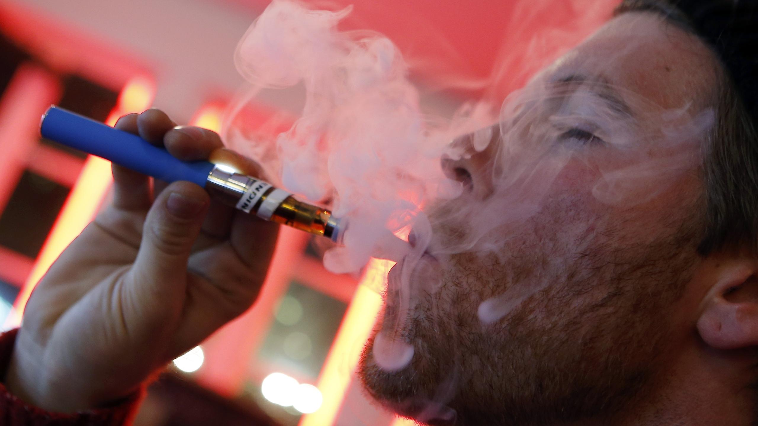 EU prohibe venta de cigarros electrónicos con sabor en tiendas