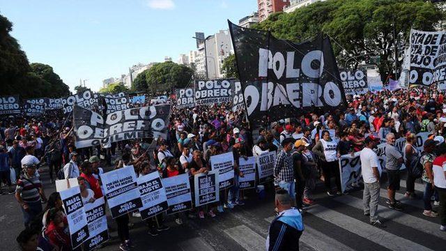 Organizaciones sociales cortaron la popular Avenida 9 de Julio porteña en reclamo por cumbre del G-20 y medidas económicas de Macri. Foto Reuters.