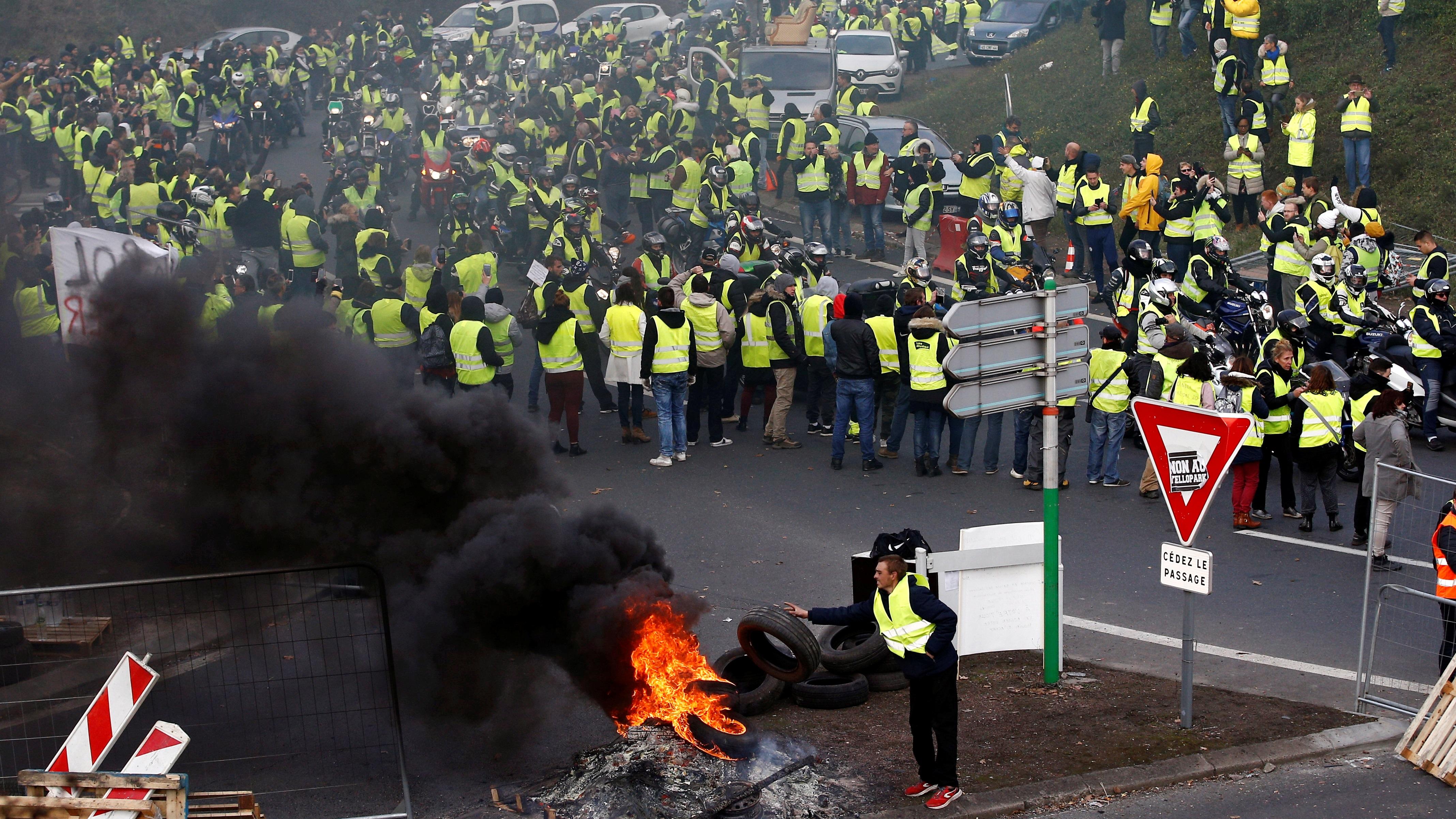 'Chalecos amarillos' marchan en Francia para denunciar violencia policial