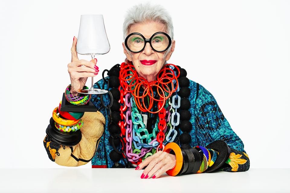 Iris Apfel abraza la simplicidad y diseña piezas de cristalería
