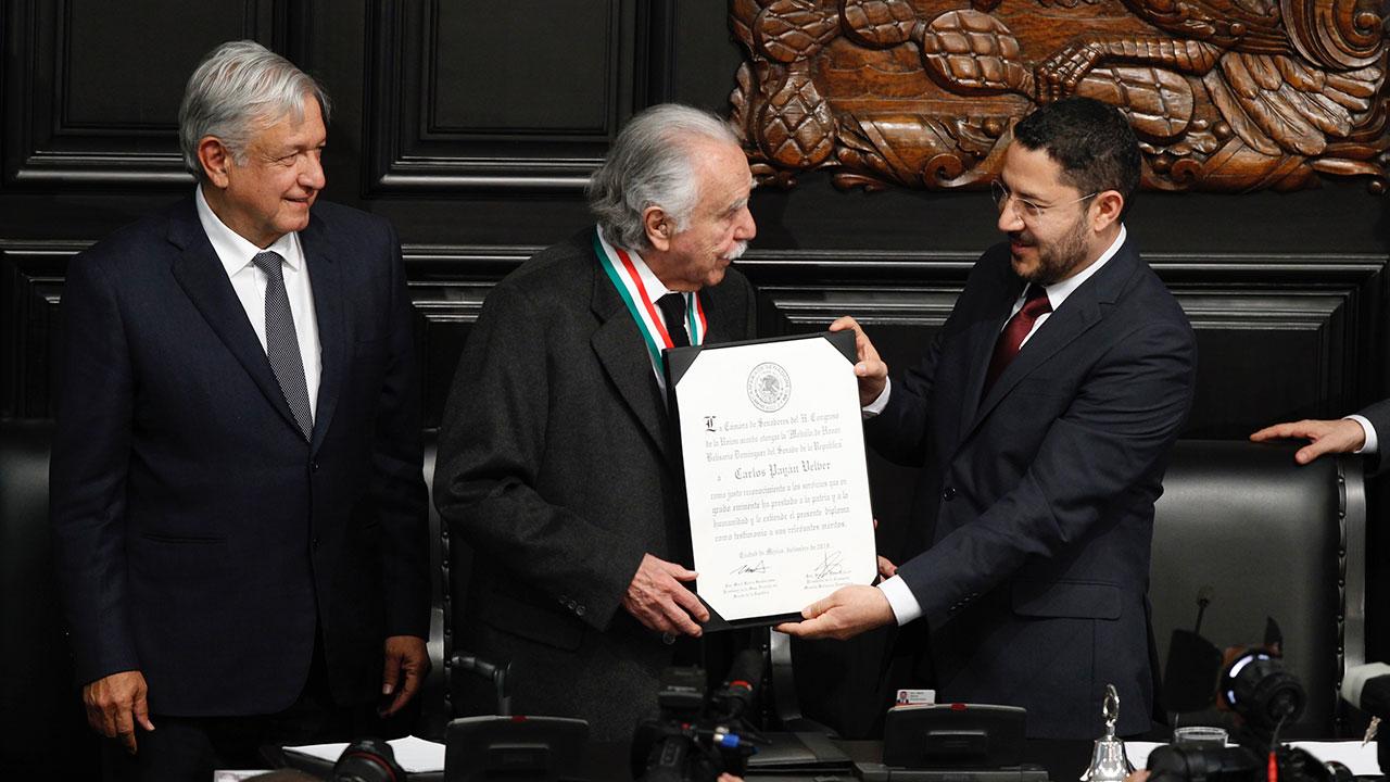 Senado entrega a Carlos Payán la medalla Belisario Domínguez
