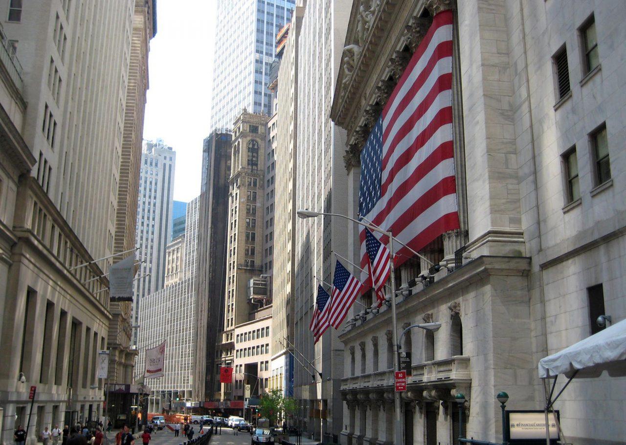Wall Street cae ante planes de la Fed y chances de parada del Gobierno