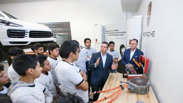 Jóvenes aprendices en el nuevo centro de aprendizaje de Porsche en Puebla. Foto Porsche Newsroom.