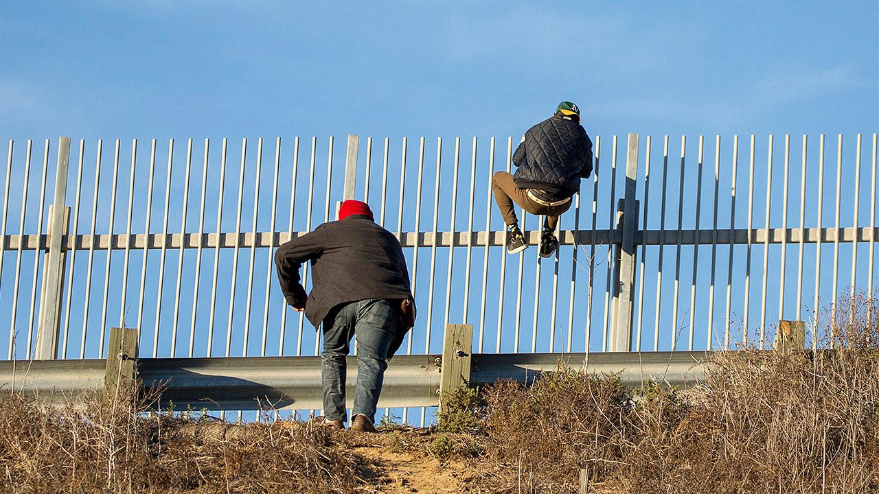 Colocan brazaletes a 601 migrantes al ingresar a México