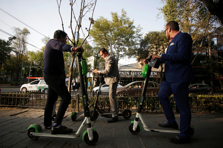 En bicicleta, patín y taxi, chilangos 'libran' falta de gasolina